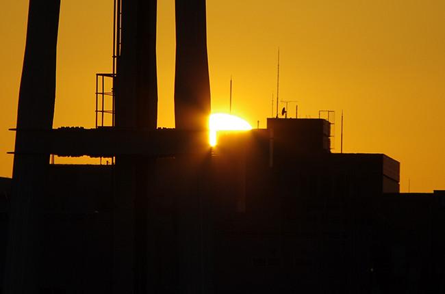 横浜スタジアムの照明に沈む夕日